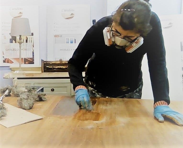 En Candini decapando una mesa de comedor